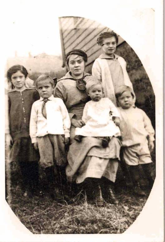 Jennie (sitting center) surrounded by her younger siblings. Elsie at far left.